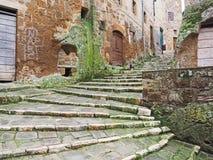 Старые лестницы в средневековом городке Pitigliano, Италии стоковое фото