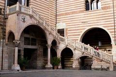 Старые лестницы в della Ragione Palazzo, Вероне, Италии стоковые изображения rf