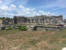 Старые майяские руины около океана в Tulum, Мексике Стоковая Фотография