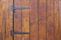 Старые массивнейшие петли на деревянной двери стоковое изображение