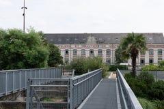 Старые мастерские и верфь близко к реке Луаре стоковая фотография
