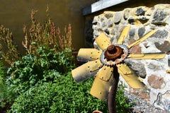 Старые металлы повернули в похожее на солнцецвет украшение стоковое фото