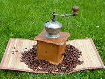 Старые механизм настройки радиопеленгатора и кофейные зерна Стоковое Изображение