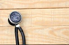 Старые медицинские доска сзажимом для бумаги и стетоскоп на старом backgr деревянного стола Стоковые Изображения