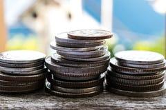 Старые монетки на деревянных полах применяются к финансам Стоковое Фото