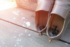 Старые мужские коричневые кожаные ботинки стоковые фото
