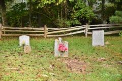 Старые надгробные плиты в малом кладбище стоковые фотографии rf