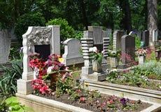 Старые надгробные плиты в кладбище стоковое изображение rf