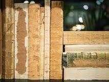 Старые, несенные вне книги на черной книжной полка стоковая фотография rf