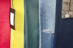 Старые несенные джинсы 6 других цветов, предпосылка джинсов, предпосылка одежды, сорванные джинсы и пустой ярлык стоковое фото