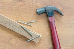 Старые ногти и древесина молотка на таблице Стоковая Фотография RF