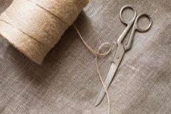 Старые ножницы и джут пасма скручивают на мешковине, деревенской Стоковая Фотография RF