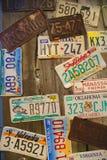 Старые номерные знаки автомобиля на стене Стоковое Изображение