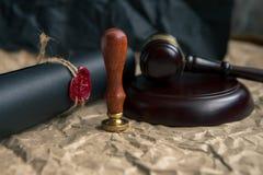 Старые нотариальные уплотнение и штемпель воска на судебной таблице Стоковое Изображение