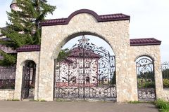 Старые одни ворота церков stonу стоковые изображения rf