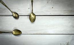 Старые ложки на белой деревянной предпосылке Взгляд сверху Стоковая Фотография RF