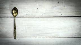 Старые ложки на белой деревянной предпосылке Взгляд сверху Стоковые Изображения