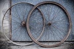 Старые окисленные и поврежденные колеса велосипеда Стоковые Изображения RF