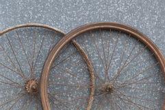 Старые окисленные и поврежденные колеса велосипеда Стоковые Фото
