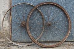 Старые окисленные и поврежденные колеса велосипеда Стоковое Изображение RF