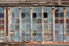 Старые окна ангара стоковые фото