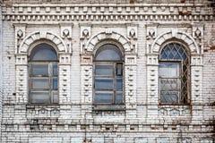 Старые окна в доме стоковые фото