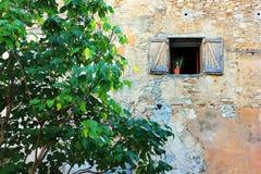 Старые окна в Франции стоковые изображения