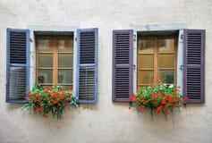 Старые окна на заштукатуренной кирпичной стене Стоковое фото RF
