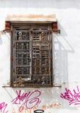 Старые окно и дом с граффити Стоковые Изображения