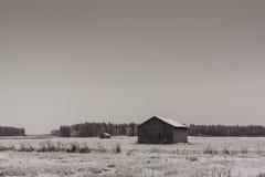 Старые дома амбара на полях зимы Стоковая Фотография