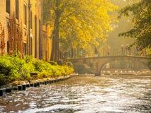 Старые дома кирпича вдоль каналов воды и старого каменного моста в Брюгге, Бельгии Стоковое Фото