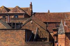 Старые дома красного кирпича на улицах Чичестера, западного Сассекс, Англии Стоковое Изображение