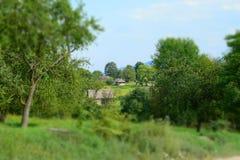 Старые дома на зеленых полях Стоковые Фотографии RF