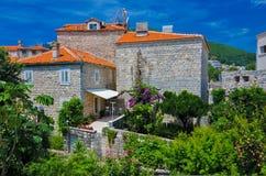 Старые дома, окна и крыть черепицей черепицей крыша Budva, Черногори Стоковые Изображения