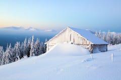 Старые дома для остатков на холодное утро зимы Стоковые Изображения