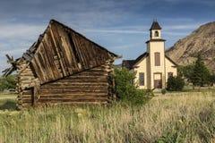 Старые дом встречи наждака и кабина поселенца Стоковые Фотографии RF