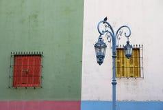 Старые дом и лампа.  Улица Caminito, Буэнос-Айрес Стоковые Фотографии RF
