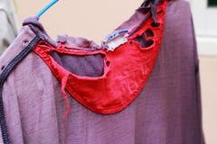 Старые одежды повешены вне в солнце outdoors Стоковое Изображение RF