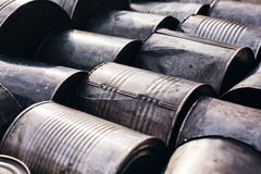 Старые олов металла лежа на том основании стоковые изображения rf