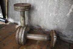 Старые пары железных гантелей Стоковое Изображение