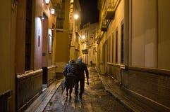Старые пары идя в Севилью на ноче, Испанию Стоковые Фото