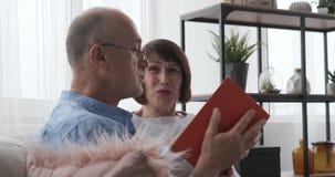 Старые пары имея потеху читая интересную книгу дома акции видеоматериалы