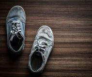 Старые пары подростковых ботинок Стоковая Фотография