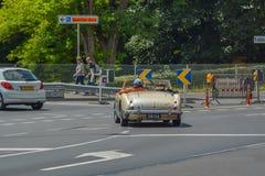 Старые пары управляя классическим автомобилем стоковое фото rf