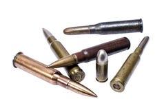 Старые патроны винтовки и один покровитель пистолета Стоковое фото RF