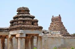 Старые перерастанные руины Hampi, Karnataka, Индии стоковые изображения