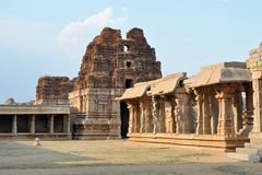 Старые перерастанные руины Hampi, Karnataka, Индии стоковая фотография