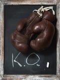 Старые перчатки бокса на доске с текстом Стоковое Изображение RF