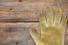 Старые перчатки на деревянной предпосылке, перчатки безопасности на грязных работах Стоковое фото RF