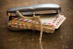 Старые письма семьи в ретро сумке стоковые изображения